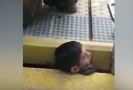 Opilý muž uvízl mezi nástupištěm a vlakem.