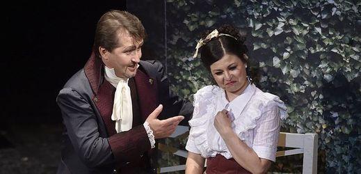 Jakub Tolaš jako Dr. Malatesta a Barbara Sabella jako Norina při zkoušce komické opery Gaetana Donizettiho Don Pasquale 6. června 2018 v Moravském divadle Olomouc.