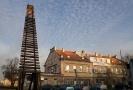 Monumentální památník v podobě kolejí vedoucích k obloze - Brána nenávratna, od sochaře Aleše Veselého před nádražím Praha Bubny.