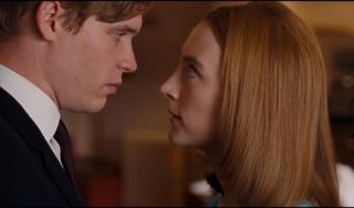 Novomanželé Edward (Billy Howle) a Florence (Saoirse Ronanová).