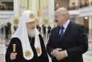 Běloruský prezident Alexandr Lukašenko (vpravo) a Patriarcha Kirill (vlevo).