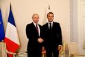 Zleva: Vladimir Putin, Emmanuel Macron.