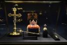 Svatováclavská koruna, královské žezlo, jablko, korunovační kříž a Svatováclavský meč.