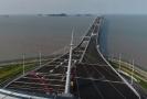 Rekordně dlouhý most spojuje čínská území Hongkong, Macao a město Ču-chaj.