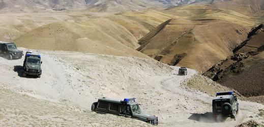 Auta vojenské policie projíždějí terénem v okolí afghánského Fajzábádu, kde působí čeští vojáci (ilustrační foto).