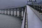 55 kilometrů dlouhý most spojující čínská území Hongkong, Macao a město Ču-chaj v pevninské Číně.
