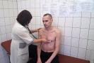 Ukrajinský režisér Oleh Sencov během lékařské prohlídky.