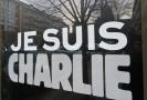 "Heslo ""Je suis Charlie"" (""Jsem Charlie"") se stalo symbolickým vyjádřením solidarity s oběťmi teroristického útoku na redakci satirického týdeníku Charlie Hebdo."