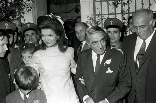 Jacqueline Onassisová s Aristotelem Onassisem po svatebním obřadu.