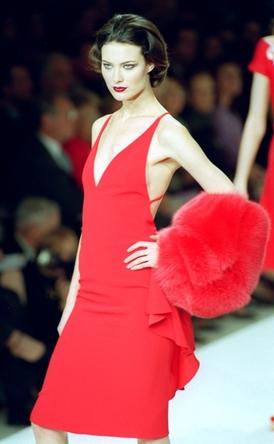 Typické rudé šaty od Valentina.