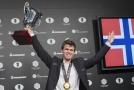 Magnus Carlsen vyzve Fabiana Caruana.