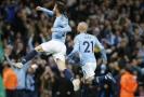 Hráči Manchesteru City slaví branku do sítě rivalů z United.