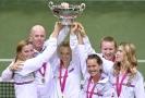 Český fedcupový tým se raduje z trofeje. Zleva: Petra Kvitová, kapitán Petr Pála, Kateřina Siniaková, Barbora Strýcová, Barbora Krejčíková a Lucie Šafářová.