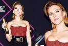 Scarlett Johansson při udílení cen.