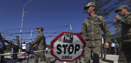 Kyperští vojáci odstraňují ostnatý drát na přechodu mezi republikami.