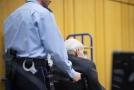 Obžalovaný bývalý nacistický dozorce, kterému je dnes 94 let, před soudem.