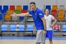 Kouč Štefan Svitek opravuje chybu při tréninku basketbalistek.