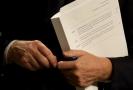 Evropský vyjednavač Michel Barnier drží v ruce část dokumentu.