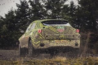 Zadní pohled na SUV značky Aston Martin.