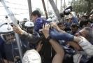 Střety migrantů a řecké policie.