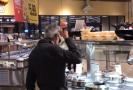 Muž v jednom z bufetů srkal polévku přímo z naběračky.