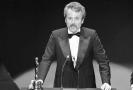 Americký scenárista William Goldman přebírá Oscara (1977).