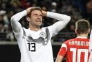 Thomas Muller po neproměněné šanci proti Rusku v přátelském utkání.