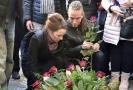 Předseda Pirátů Ivan Bartoš se svou manželkou Lydií Frankou pokládají 17. listopadu pietní kytici na Národní.