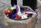 Květiny na Národní třídě vyhozené do koše.