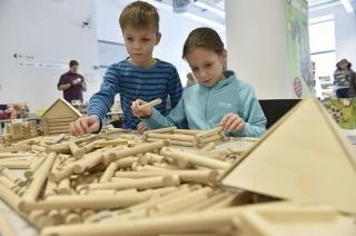 Děti si mohou vyzkoušet postavit stavebnice z různých materiálů.