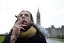 Muž kouřící marihuanu, Ottawa, Kanada.
