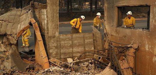 Počet obětí lesního požáru vystoupal na 76.