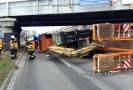 Kamion v Brně narazil do konstrukce mostu a převrátil se.