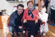 Leoš Mareš naděloval dárky. Seniorce koupil elektrický vozík