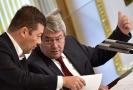 Předseda komunistů Vojtěch Filip (vpravo) na plénu Poslanecké sněmovny při diskuzi s Tomiem Okamurou.