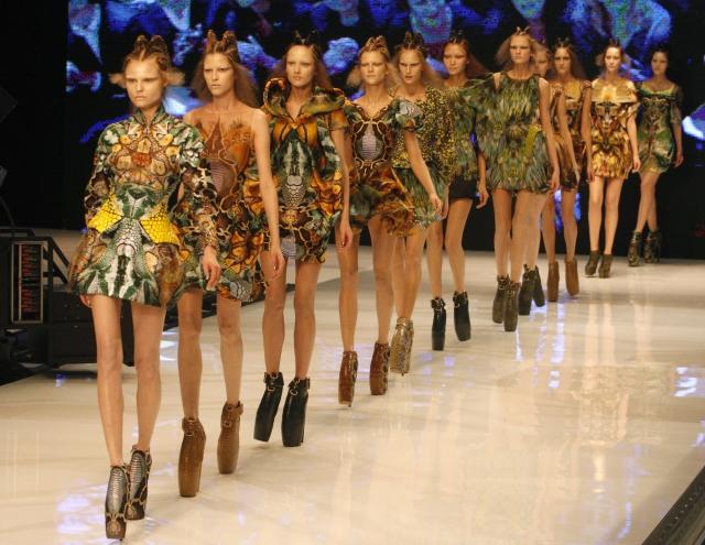 Modelky měly co dělat, aby se udržely na botách