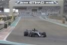 Lewis Hamilton na trati v Abú Zabí.