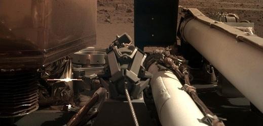 Sonda InSight na Marsu otevřela solární panely.
