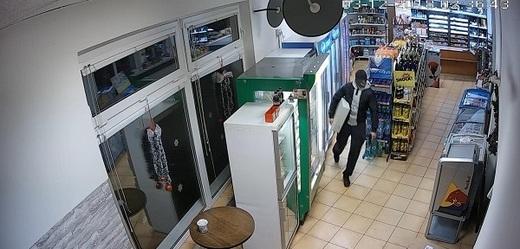 Vrah pumpařky na snímku z bezpečnostní kamery.