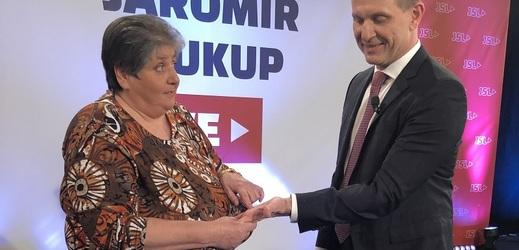 Jolanda věští Jaromíru Soukupovi z ruky.