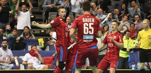 Florbalisté Adam Delong (vlevo), Jiří Bauer a Daniel Šebek se radují z gólu.
