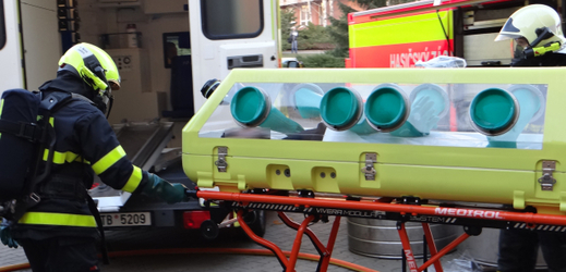 Hasiči převáželi z Fakultní nemocnice Ostrava na specializované infekční oddělení pražské Nemocnice Na Bulovce pacienta s podezřením na onemocnění MERS.