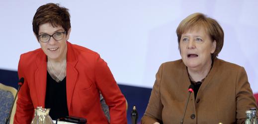 Generální tajemnice CDU Annegret Krampová-Karrenbauerová (vlevo) a německá kancléřka Angela Merkelová.