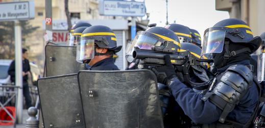 Francouzská policie zadržela při protestech stovky studentů.