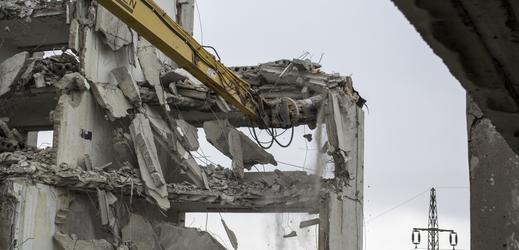 Bourání vybydleného panelového domu v Chanově.