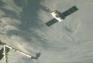 K ISS dorazila loď Dragon s 2,5 tuny zásob, dílů a experimentů.