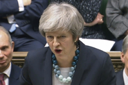 """Britský tisk pranýřuje Mayovou. """"Utekla z parlamentní bitvy"""""""