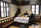Zleva: generální ředitelka Národního památkového ústavu Naděžda Goryczková, ministr kultury Antonín Staněk a ředitel Valašského muzea v přírodě Jindřich Ondruš podepsali smlouvu, která spojí čtyři muzea v novou kulturní instituci.