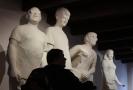 Členové kapely The Tap Tap jsou ztvárněni jako sochy v nadživotní velikosti.