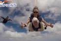 Australanka seskočila padákem ve 102 letech pro charitu.